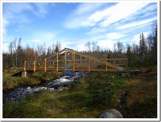 En rätt nybyggd bro där leden svängde av lite.