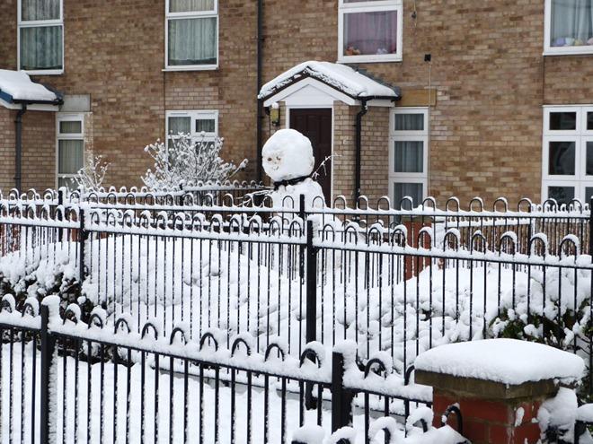 Снеговик в саду у соседей