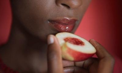 mulher-comendo-pessego