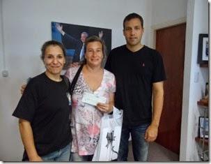 El intendente le entregó el subsidio a la presidente de la Comisión, Griselda Paternó