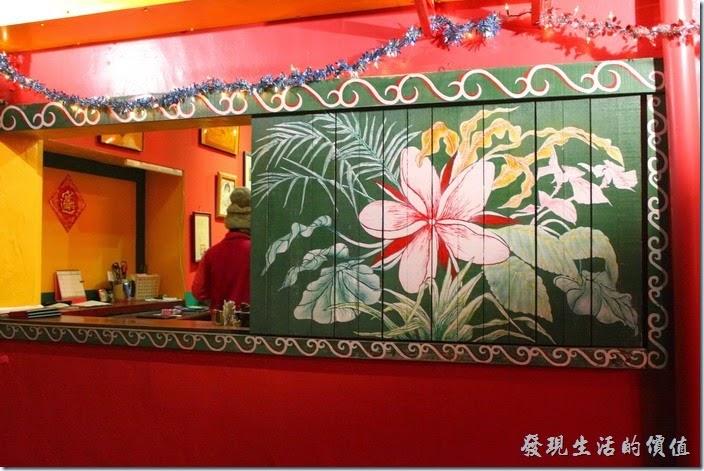 這裡是迪迪小吃的收銀台。窗戶是木製的拉門,上面畫著美麗的花朵。