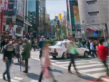 Pessoas passando em área comercial em Shibuya: melhora foi a primeira em dois meses, depois de em abril o governo ter dito que a economia estava mostrando sinais de recuperação