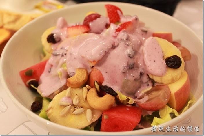 台南-咖啡茶朵Chador。再把優格倒入水果沙拉中,就成為一頓健康美味的早餐。