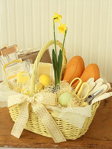 Make someone feel really special this Easter by creating a custom gift basket. This color coordinated gardener's basket is lovely. (Martha Stewart Living, April 2000)