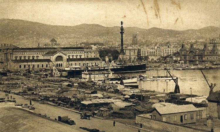 Puerto de Barcelona. Uno de los correos atracado en el muelle habitual de llegada de los vapores de Palma de Mallorca. Postal.jpg