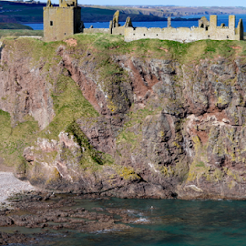 Dunnottar Castle by Sarka Brichová - Novices Only Landscapes ( scotland, castle, seaside, beach, landscape )