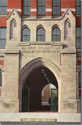 POSTCARD - CHICAGO - MOODY BIBLE INSTITUTE - 153 INSTITUTE PLACE - ARCH ENTRANCE - BUILT 1938