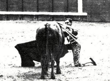 1917-05-04 (Mundo Grafico) Madrid Joselito de rodillas