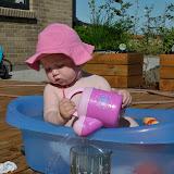 Det er sjovt at hælde vand ud over terassen
