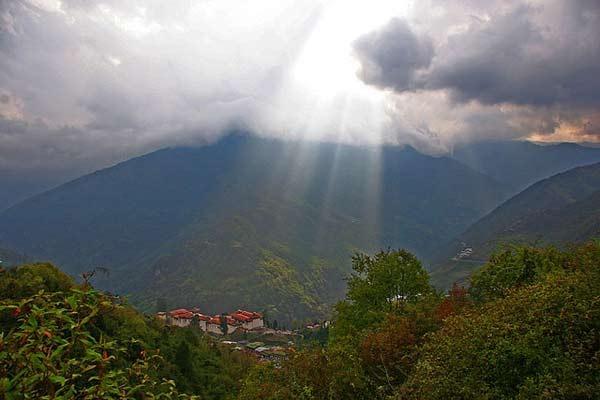 ghe-bhutan-tham-tu-vien-co-xua-huyen-bi (6)