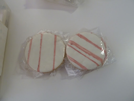 For the plaid suite, Maggie Austin Cakes painted some cookies.