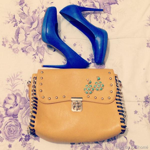 look calça estampada, camisa branca, bolsa amarela e sapato azul (1)