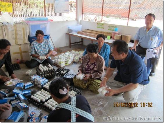 เกษตรจังหวัดออกเยี่ยมเยียนวิสาหกิจชุมชนทำไข่เค็มพอกเสริมไอโอดีนด่านมน