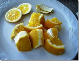 Quitale los polos y semillas a la naranja hervida  y un poco de cáscara. Ponla en la licuadora