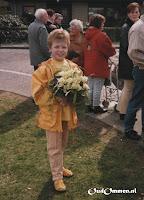 Ellenoor van der Veen wacht op Koningin Beatrix - Foto: Gees Klein - Ommen