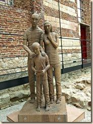 Ulbeek, oude kerk thans omgevormd tot overdekte begraafplaats. Deze beeldengroep werd gehouwen uit een zeer oude illegaal omgehakte eik.