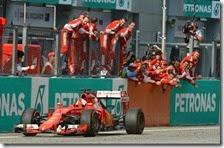 Vettel taglia il traguardo del gran premio della Malesia 2015