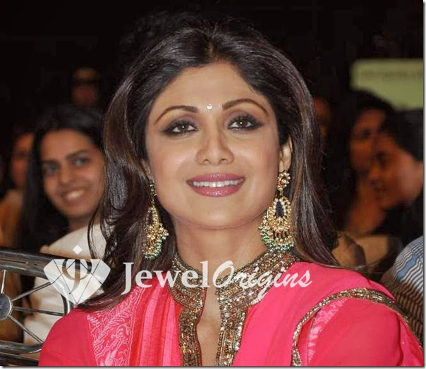 Shilpa_Shetty_Gold_Earrings