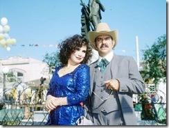 Porcina (Regina Duarte) usando o vestido azul de lantejoula, contracenando com sinhozinho Malta (Lima Duarte)