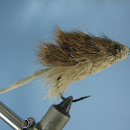 Mysz z sarniej sierści pływa dzieki specyficznym cechom materiału z którego jest wykonana. Zimowa sierść jeleniowatych ma strukturę pianki, dzięki czemu gromadzi dużo powietrza – zapewnia to zwierzęciu izolację termiczną w zimnej porze roku, a wykonanym z niej muchom dobrą pływalność.