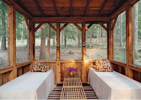 What a hybrid between indoors and outdoors! The setting is so serene.  (remodelista.com)