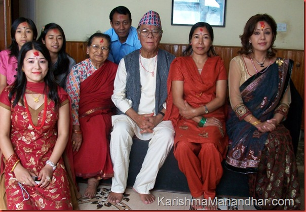 karishma_manandhar_with Ishwar_Manandhar_and_family
