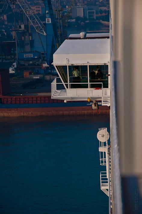 Третий день. Casablanca. Morocco. Круиз. Costa Concordia. Левое крыло капитанского мостика с работающим причальным компьютером.