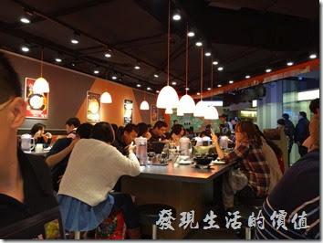 台南新光三越中山店內的「花月嵐拉麵」餐廳內的景象。