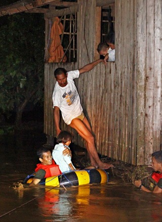 17FLOODSGUSA1<br />Members of the Army's 4th Infantry Division rescue team help out residents of Barangay Gusa in Cagayan de Oro City after flood waters coming from the mountains brought about by tropical storm Sendong engulfed several of the city&rsquo;s barangays. MindaNews photo by Erwin Mascarinas<br />