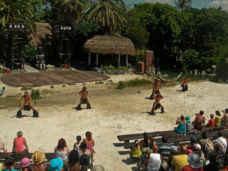 15. Aloha Polynesia. Порт Авентура. Port Aventura. Salou. Costa Dorada. Spain. Они танцуют свой сложный танец, высоко вскидывая колени и корча страшные рожи.