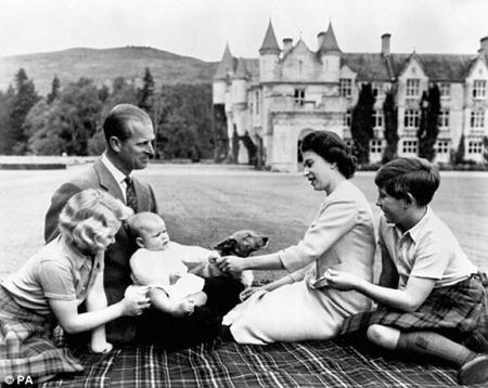 Королева и ее молодая семья