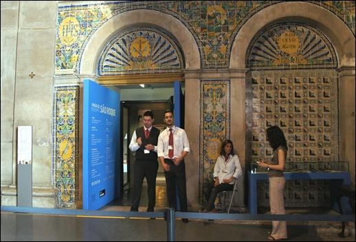 Gloria Ishizaka - Igreja de Sao Roque - porta do interior da igreja para o museu