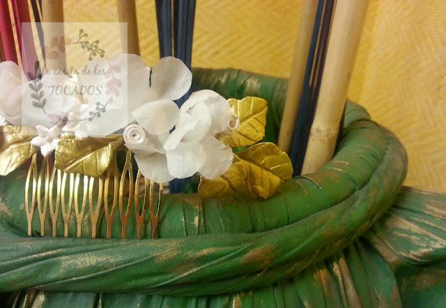 tocado vintage para novia realizado en porcelana fria pintada en dorado y blanco perla, además de flores artesanales de seda natural