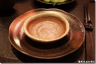 台南-花川日本料理。蠻漂亮的醬油碟及盤子。