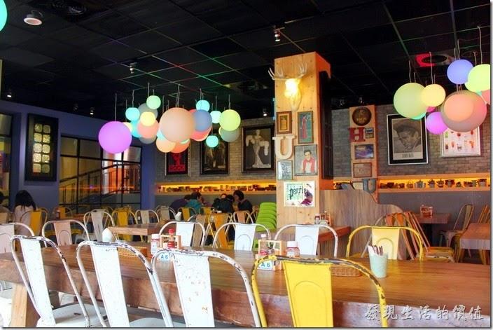 「冒煙的喬雅客商旅」的早餐在飯店左手邊的「夢露壽司」餐廳,不過從外面的大門看進來的門口還是寫著「Smokey Joe's Pizza & Pasta」,餐廳內最吸引人的是色彩繽紛的泡泡糖氣泡燈飾,這裡融合著甜蜜性感的美式悠閒與墨西哥風格的用餐空間,服務生們延續著「冒煙的喬」的彩色圍兜,但換上了牛仔長褲。