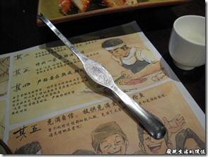 上海壽司天家。店家很貼心的每個人都準備了一隻挖螃蟹肉的鐵杓子。