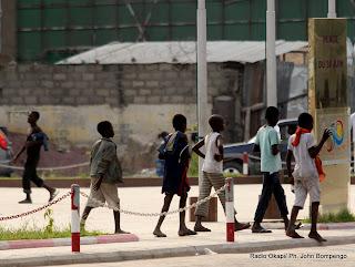 Quelques enfants de la rue passent sur la place du 30 juin ex-gare centrale ce 17/06/2011 à Kinshasa-Gombe. Radio Okapi/ Ph. John Bompengo