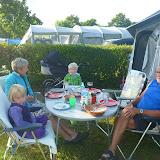 Aftensmad ved campingvognen.