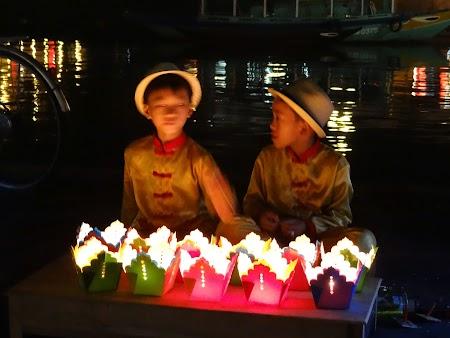 14. Gemeni care vand lanterns.JPG