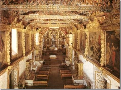 Iglesia de Andahuaylillas debe de haberse construido a finales del siglo XVI, pues uno de sus murales, que firma Luis de Riaño