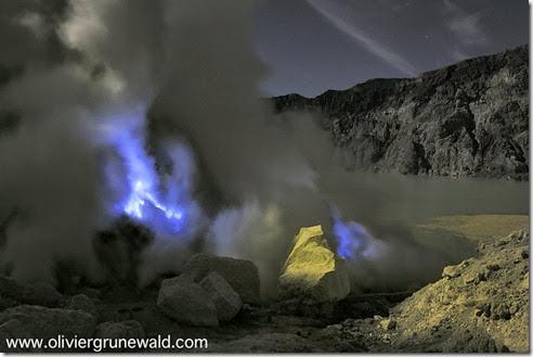 The night of the Serfdom of Sulphur, Kawah Ijen Volcano, Java, Indonesia La nuit des Forçats du Soufre, Volcan Kawah Ijen, ïle de Java, Indonésie