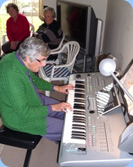 Shirley Smale playing the Tyros 3