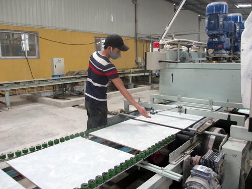 Sản xuất gạch ceramic ở nhà máy CMC