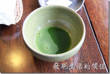 日本北九州-由布院-彩岳館。真的是日式招待客人的態度,一下飯店的接駁車,就有專人領我們進門,還親切的送上抹茶、麻糬點心與擦手巾,讓你稍事休息。