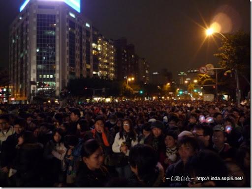 但是最後擠到了市政府廣場的前面