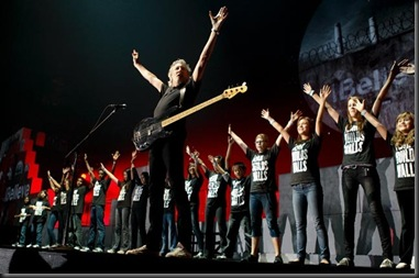 wall-tour-roger-waters-with-choir-another-brick-2[1]
