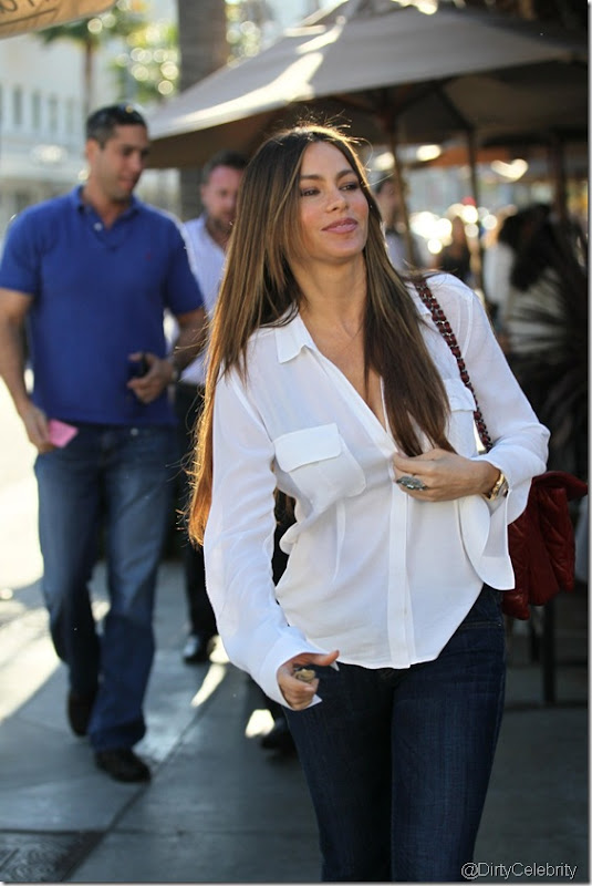 sofia-vergara-white-shirt-2