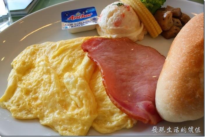 台南-mini-cofffee。早午A餐的主菜,NT$160。奶油煎蛋看起來非常的鮮嫩可口,里肌肉的質感也不錯,不過吃起來就是普通而已,一旁還有馬鈴薯泥、玉米筍與杏苞菇冷配菜,奶油事鹹的,對我來說配麵包剛好。