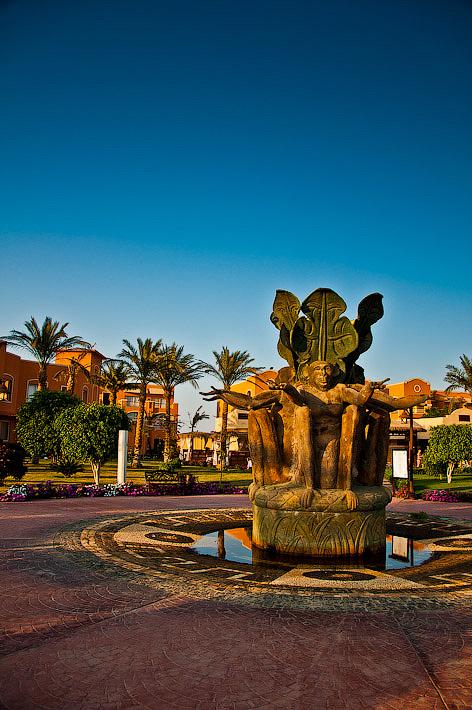 Отель Caribean World Resort Soma Bay. Хургада. Египет. Фонтан в виде знаменитых четырёх мартышек.