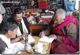 Lama Geshe Preparando os cartões